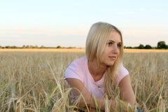 La muchacha en el trigo Imágenes de archivo libres de regalías