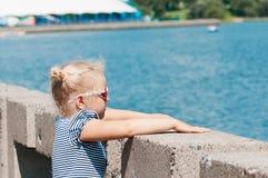 La muchacha en el verano en tiempo caliente Foto de archivo libre de regalías