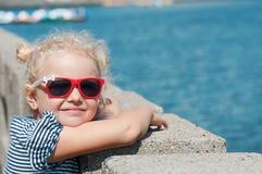 La muchacha en el verano en tiempo caliente Foto de archivo