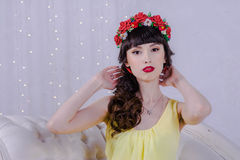 La muchacha en el vestido amarillo Fotos de archivo libres de regalías