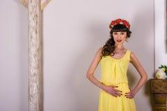 La muchacha en el vestido amarillo Imágenes de archivo libres de regalías