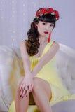 La muchacha en el vestido amarillo Imagen de archivo libre de regalías