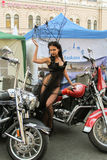 La muchacha en el vestido transparente que presenta en una motocicleta roja Fotografía de archivo libre de regalías