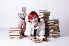 La muchacha en estilo del animado que lee un libro imagen de archivo libre de regalías