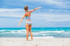 La muchacha en gafas de sol relaja el fondo del océano Imagen de archivo libre de regalías