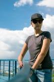 La muchacha en gafas de sol y un casquillo Imágenes de archivo libres de regalías