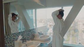 La muchacha en hotel cerca de un espejo almacen de metraje de vídeo