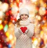 La muchacha en invierno viste con el pequeño corazón rojo Imágenes de archivo libres de regalías