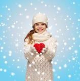 La muchacha en invierno viste con el pequeño corazón rojo Fotos de archivo