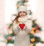 La muchacha en invierno viste con el pequeño corazón rojo Imagen de archivo