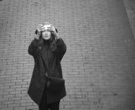 La muchacha en invierno viste el tiroteo en el smartphone, día, al aire libre Imagenes de archivo
