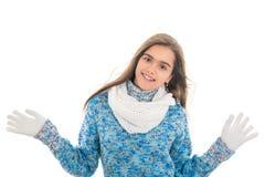 La muchacha en invierno viste en un fondo blanco Fotos de archivo