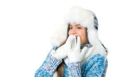 La muchacha en invierno viste en un fondo blanco Imagen de archivo libre de regalías