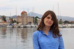 La muchacha en la isla de Aegina Foto de archivo libre de regalías
