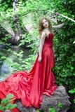 La muchacha en la alineada roja Imagen de archivo