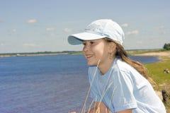 La muchacha en la batería de río imagen de archivo