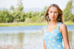La muchacha en la batería del río Imagen de archivo