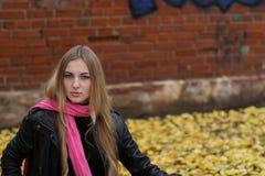 La muchacha en la bufanda rosada. Otoño Fotos de archivo
