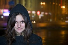 La muchacha en la ciudad. Foto de archivo libre de regalías