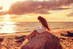 La muchacha en la costa Fotografía de archivo