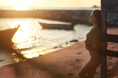 La muchacha en la costa Foto de archivo