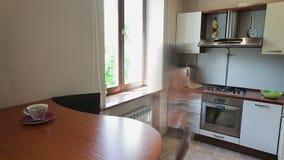 La muchacha en la forma acelerada que prepara una torta en la cocina almacen de metraje de vídeo