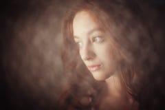 La muchacha en la luz de una vela Imagen de archivo