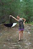 La muchacha en la madera con un paraguas Fotografía de archivo libre de regalías