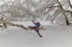 La muchacha en la madera del invierno Foto de archivo