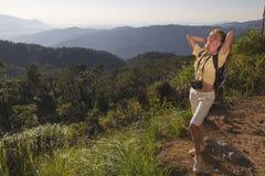 La muchacha en la montaña Fotos de archivo