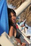 La muchacha en la mujer de la playa se relaja Imagen de archivo libre de regalías
