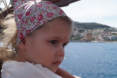 La muchacha en la nave en un pañuelo disfruta de la visión fotos de archivo
