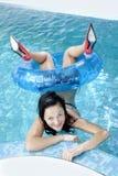 La muchacha en la piscina Imagenes de archivo