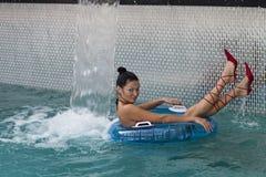La muchacha en la piscina Fotografía de archivo libre de regalías