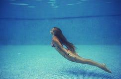 La muchacha en la piscina Foto de archivo libre de regalías