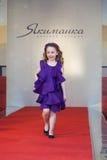 La muchacha en la pista en un desfile de moda Imágenes de archivo libres de regalías