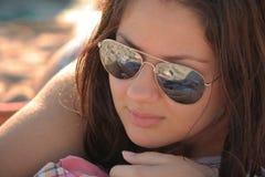 La muchacha en la playa. Fotografía de archivo