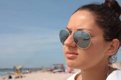 La muchacha en la playa. Imagen de archivo libre de regalías