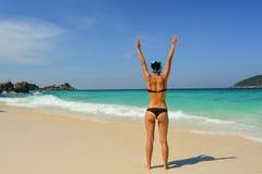 La muchacha en la playa Fotos de archivo