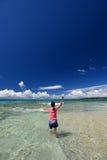 La muchacha en la playa disfruta de luz del sol Imagenes de archivo