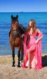 La muchacha en la playa en alineada roja Fotos de archivo libres de regalías
