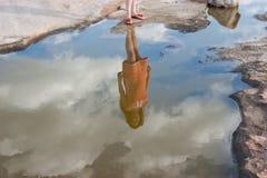 La muchacha en la reflexión foto de archivo