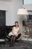 La muchacha en la silla imagen de archivo