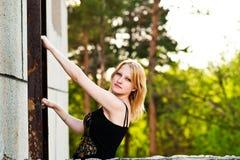 La muchacha en las escaleras Imagen de archivo