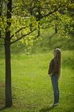 La muchacha en las maderas Fotos de archivo