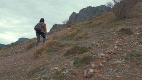 La muchacha en las montañas en otoño almacen de metraje de vídeo
