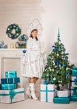 La muchacha en los Años Nuevos se viste con los regalos 1511 Foto de archivo