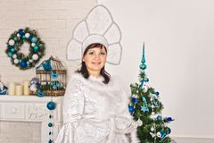 La muchacha en los Años Nuevos se viste con los regalos 1510 Fotos de archivo libres de regalías
