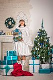 La muchacha en los Años Nuevos se viste con los regalos 1508 Fotos de archivo libres de regalías