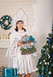 La muchacha en los Años Nuevos se viste con los regalos 1509 Fotos de archivo